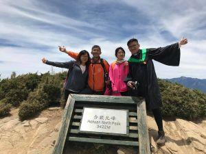 學士服X妹妹的第一座百岳